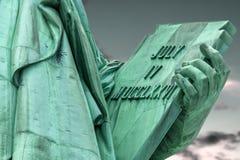 Il primo piano sulla compressa ha tenuto dalla statua della libertà immagine stock libera da diritti