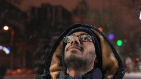Il primo piano, tipo indiano cerca la neve volante nella sera nel parco archivi video