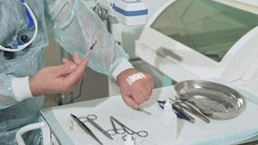 Il primo piano una mano del ` s di medico in un ufficio sterile dimostra il funzionamento di un analizzatore per le vene, attrezz archivi video