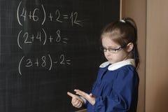 Il primo selezionatore italiano della ragazza della scuola elementare risolve la matematica Fotografie Stock