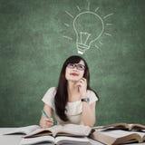 Il principiante creativo che studia e pensa l'idea nella classe Fotografia Stock