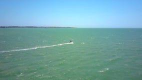 Il principiante del surfista di vista aerea segue le onde di oceano archivi video