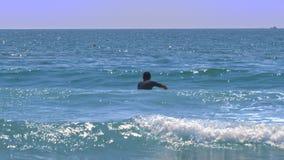 Il principiante della spuma del tipo prova a prendere la piccola onda spumosa stock footage