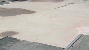 Il pro pattinatore fa una vibrazione 360 e una frantumazione del naso stock footage