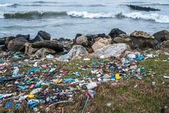 Il problema di inquinamento ed ecologia della riva di mare e di Oc fotografia stock libera da diritti