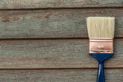 Il processo del legno della pittura sorge con una spazzola immagini stock