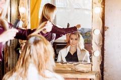 Il processo del trattamento dei capelli, coloritura di capelli Il parrucchiere è capelli femminili di morte Bello cliente attraen fotografie stock