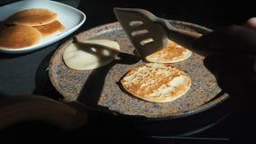 Il processo di cottura dei pancake casalinghi Il cuoco gira i pancake nell'altro lato della pentola calda Cottura del fresco archivi video