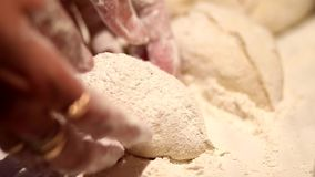 Il processo di cottura dei panini stock footage