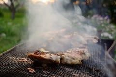 Il processo di cottura del pollo del barbecue sulla griglia mangal Fotografie Stock