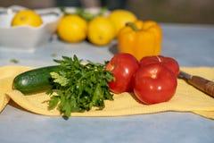 Il processo di cottura dell'insalata delle verdure fotografie stock