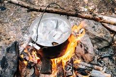 Il processo di cottura della minestra del pesce nella campagna Immagine Stock