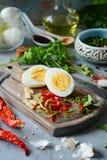 Il processo di cottura ha bollito le uova marinate del pollo con le verdure, le erbe, le spezie ed il pomodoro immagini stock
