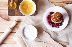 Il processo di cottura i pancake e degli accessori della cucina fotografia stock libera da diritti