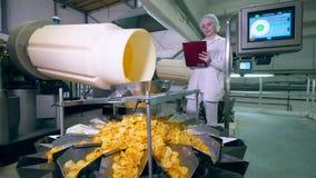 Il processo di distribuzione dei chip ha sorvegliato da un professionista di signora video d archivio