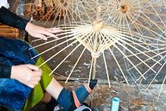 Il processo di fabbricazione dell'ombrello fatto di legno Fotografia Stock