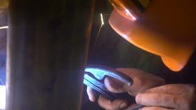 Il processo di fabbricazione un prodotto metallico decorativo Le scintille di metallo volano oltre al dettaglio Saldatura del met fotografia stock libera da diritti