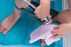 il processo di igiene, dopo che l'uomo ha svuotato gli intestini, con l'aiuto di acqua e degli asciugamani fotografie stock libere da diritti