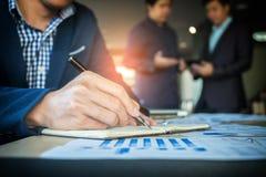 Il processo di lavoro di squadra, uomini d'affari passa indicare al documento e al tou fotografia stock
