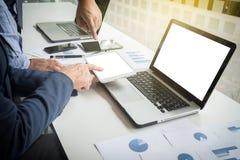 Il processo di lavoro di squadra, uomini d'affari passa indicare alla compressa ed al documento fotografie stock libere da diritti