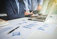 Il processo di lavoro di squadra, uomini d'affari passa indicare alla compressa, il computer portatile a fotografia stock