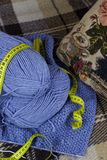 Il processo di lavoro a maglia Immagine Stock