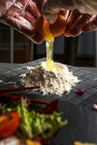Il processo di produrre l'alimento della farina Immagine Stock