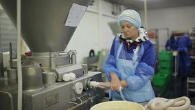 Il processo di produrre le salsiccie Riempiendo l'intestino di carne tritata Negozio nella pianta di imballaggio della carne Form archivi video