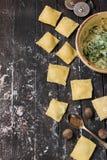 Il processo di produrre ravioli con la ricotta, gli spinaci e la noce moscata Immagine Stock Libera da Diritti