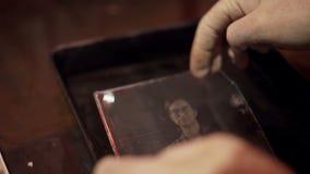 Il processo visualizza un primo piano della foto archivi video