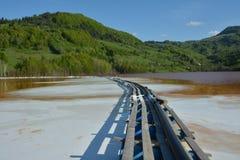 Il prodotto chimico si rovescia nel lago da Geamana nelle montagne di Apuseni, Romania Fotografie Stock