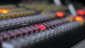 Il produttore è toccante e premere digita un pannello di controllo dell'attrezzatura del film e della TV stock footage