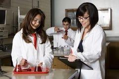 Il professor con gli studenti nel laboratorio di scienza della High School Fotografia Stock