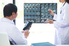 Il professor metodo di discussione e consultantesi di Doctor con il paziente t Fotografia Stock
