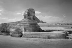 Il profilo completo di grande Sfinge con la piramide nei precedenti a Giza Fotografia Stock