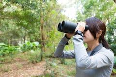 Il profilo laterale della donna che guarda comunque binoculare Fotografia Stock Libera da Diritti