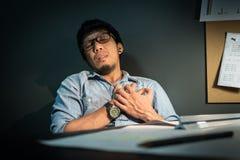 Il progettista è malato, attacco di cuore o infarto quando lavora duro Fotografia Stock Libera da Diritti