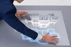 Il progettista che lavora alla progettazione futuristica dell'appartamento 3d Fotografia Stock