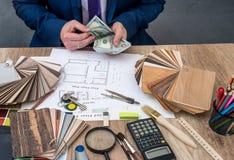 Il progettista conta i soldi per il lavoro Immagini Stock Libere da Diritti