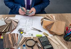 Il progettista conta i soldi per il lavoro Immagini Stock