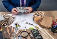 Il progettista conta i soldi per il lavoro Fotografia Stock