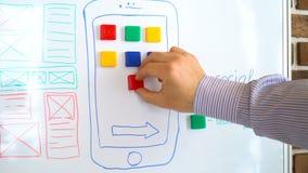 Il progettista di applicazioni mobile sta lavorando all'interfaccia del sistema operativo moderno archivi video