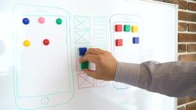 Il progettista di applicazioni mobile sta lavorando all'interfaccia del sistema operativo moderno video d archivio