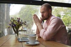Il progettista giovane di promessa che si siede nello studio per un computer portatile e sviluppa la raccolta del progettista Fotografie Stock