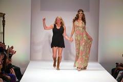 Il progettista Lainy Gold ed il modello cammina il finale della pista alla sfilata di moda dello Swimwear dell'oro di Lainy Fotografie Stock