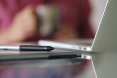 Il progettista Using Grafic Tablet ed il computer portatile prende la rottura di Coffe Fotografia Stock Libera da Diritti