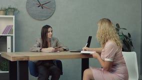 Il programma di pianificazione della donna, dante incarica all'assistente stock footage