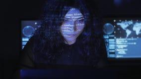Il programmatore del pirata informatico della donna con capelli ricci sta lavorando al computer nel centro cyber di sicurezza rie video d archivio