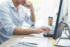 Il programmatore professionista che lavorano alla programmazione di sviluppo ed il sito Web che lavora in un software sviluppano  immagini stock libere da diritti