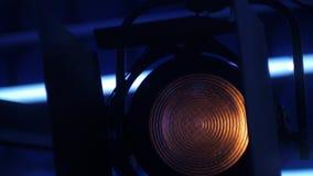 Il proiettore elettrico sta accendendosi in uno studio della TV, panorama verticale video d archivio